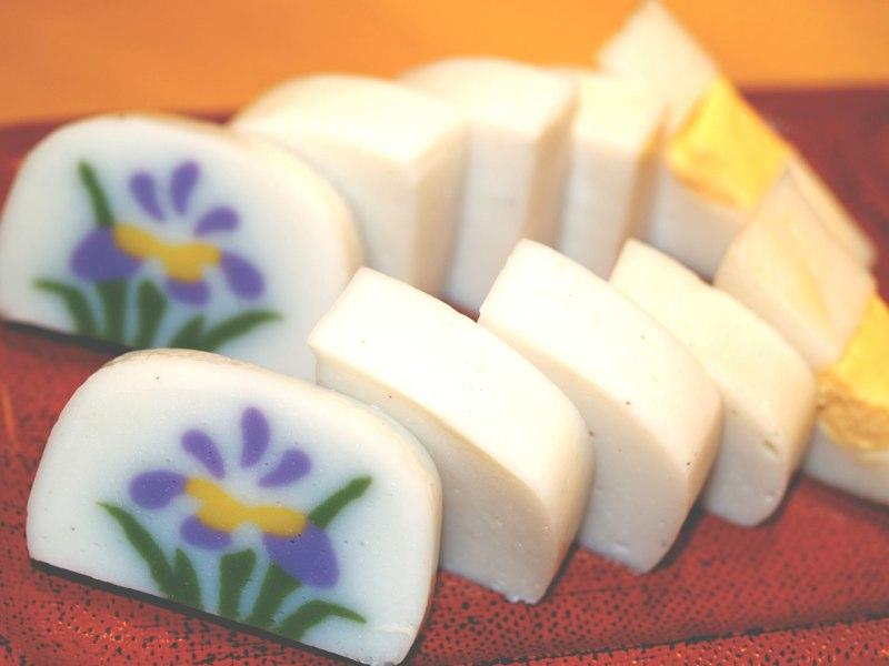 小田原おでん本店では、かまぼこメーカーの食べ比べができる。